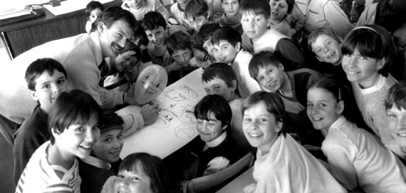 Prouche en activité dans une école